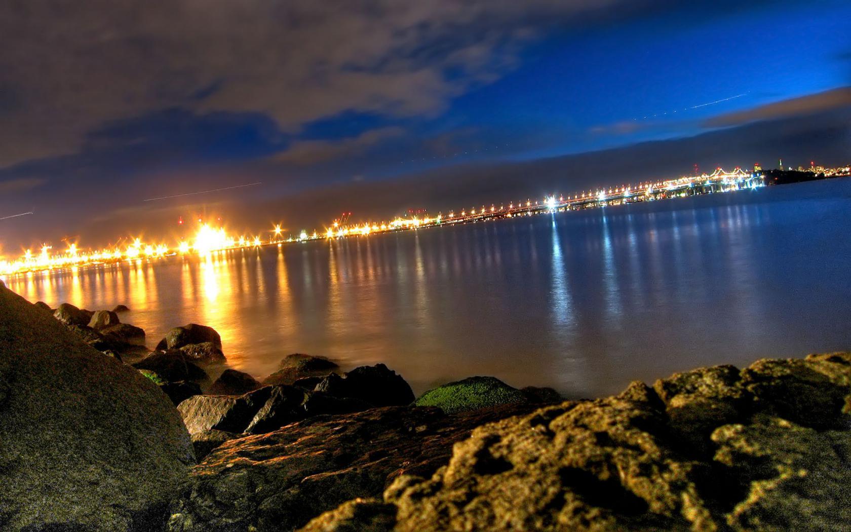 Вид с берега на ночной город обои для