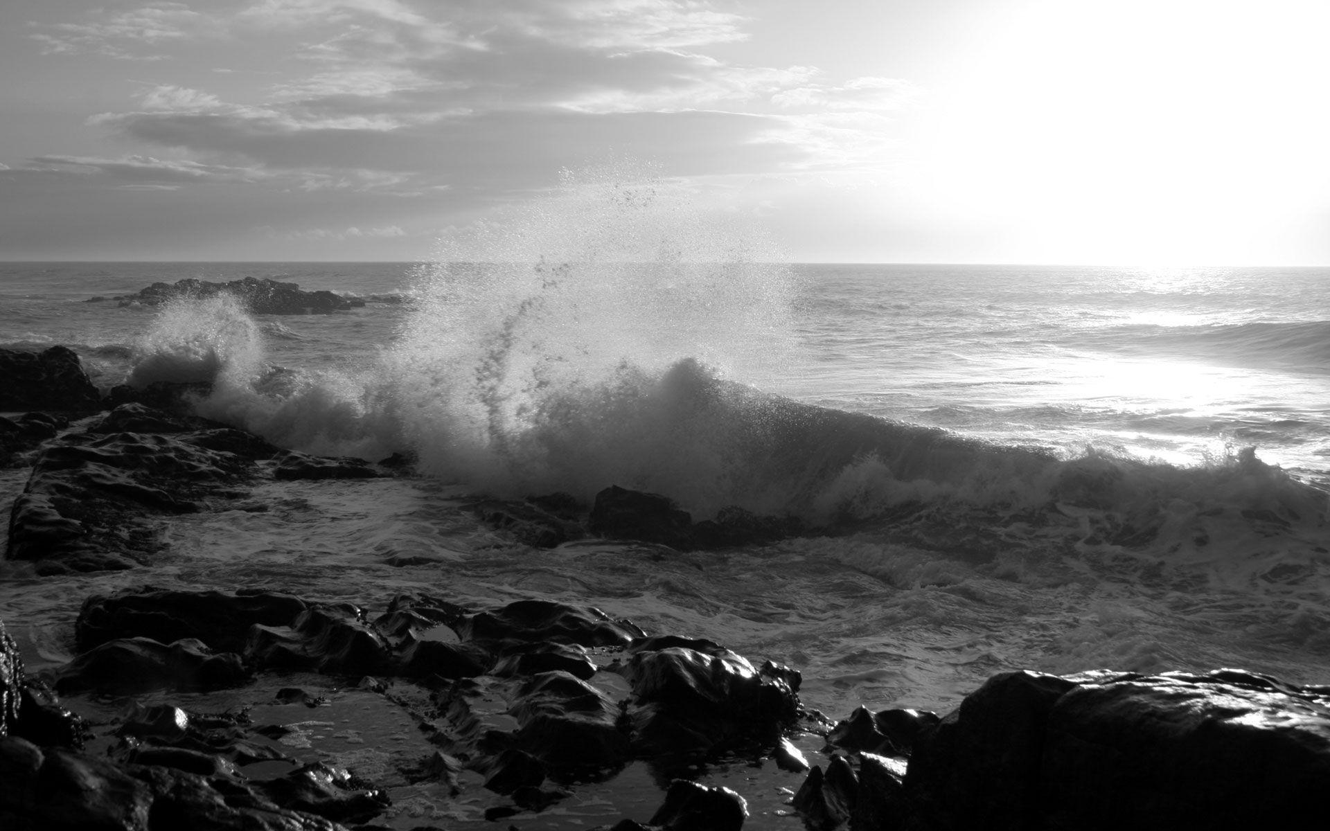 Волны бьют о камни обои для рабочего