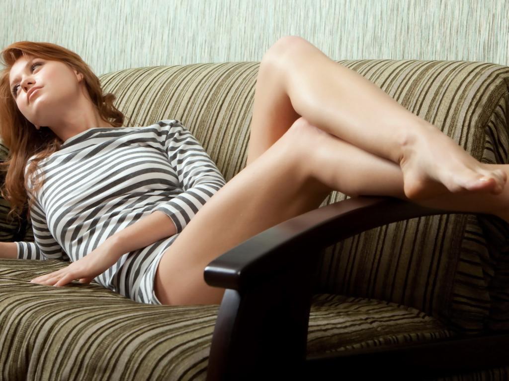 Фото девочка на диване 18 фотография