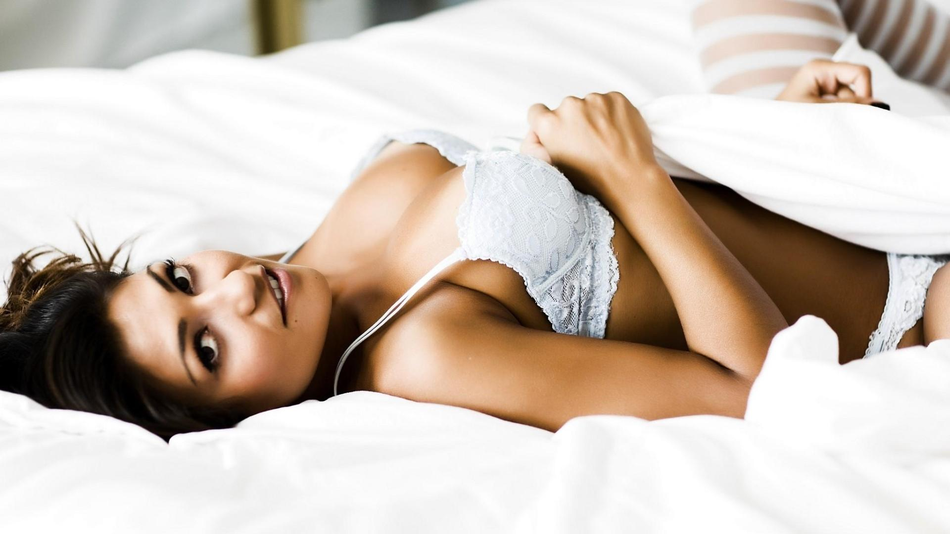 Хорошенькие женщины в постели 16 фотография