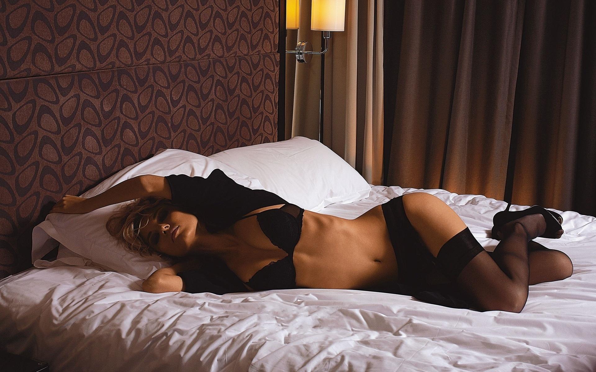 фото красотки на кровати