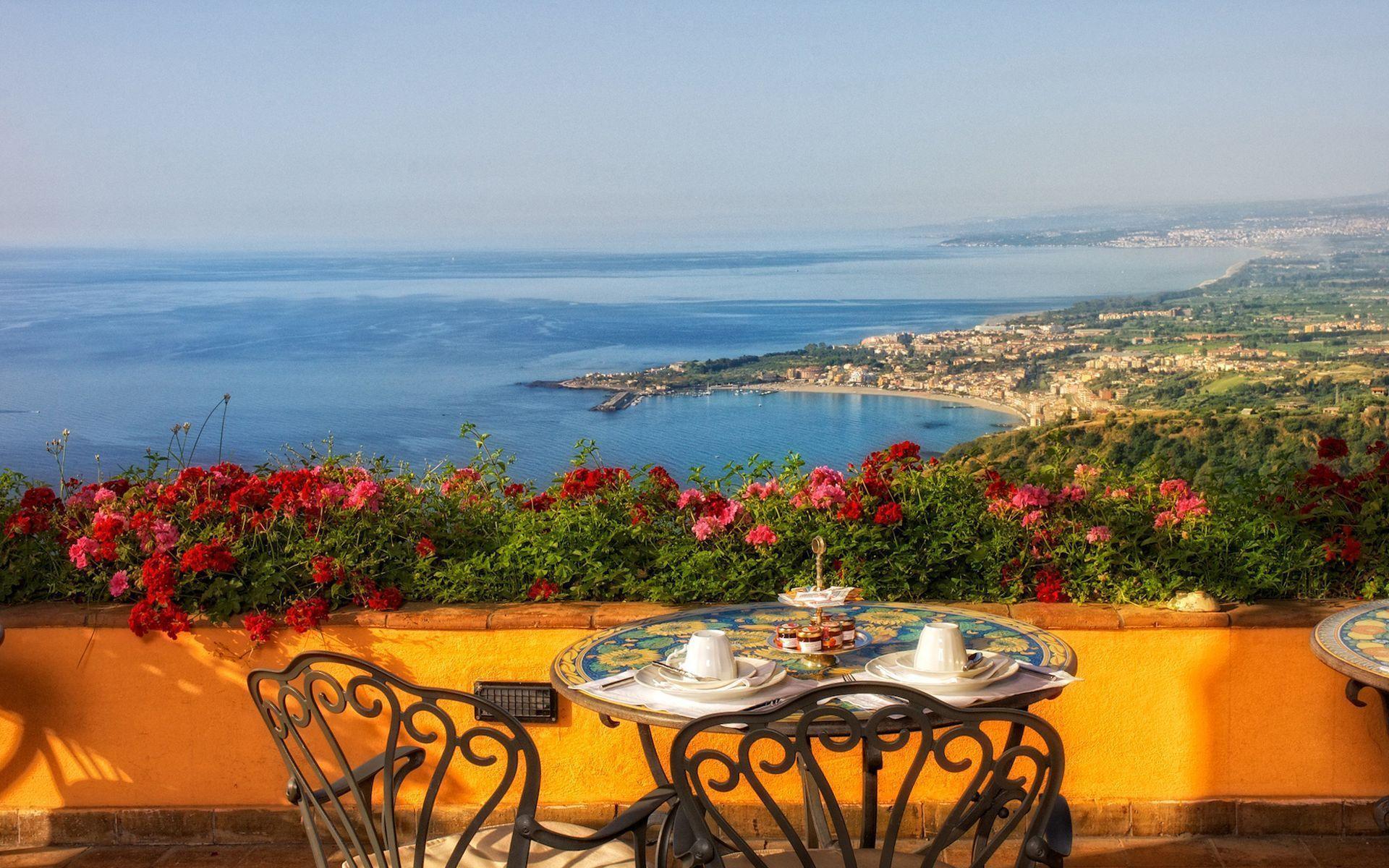 Терраса столик цветы италия 1920x1200