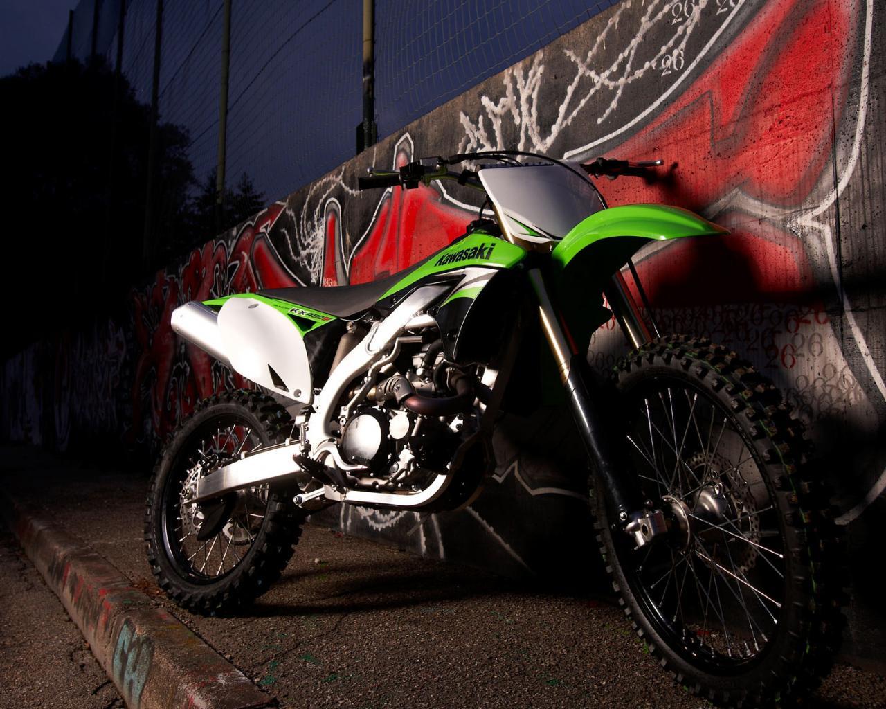 Спортивные мотоцикл у стены с
