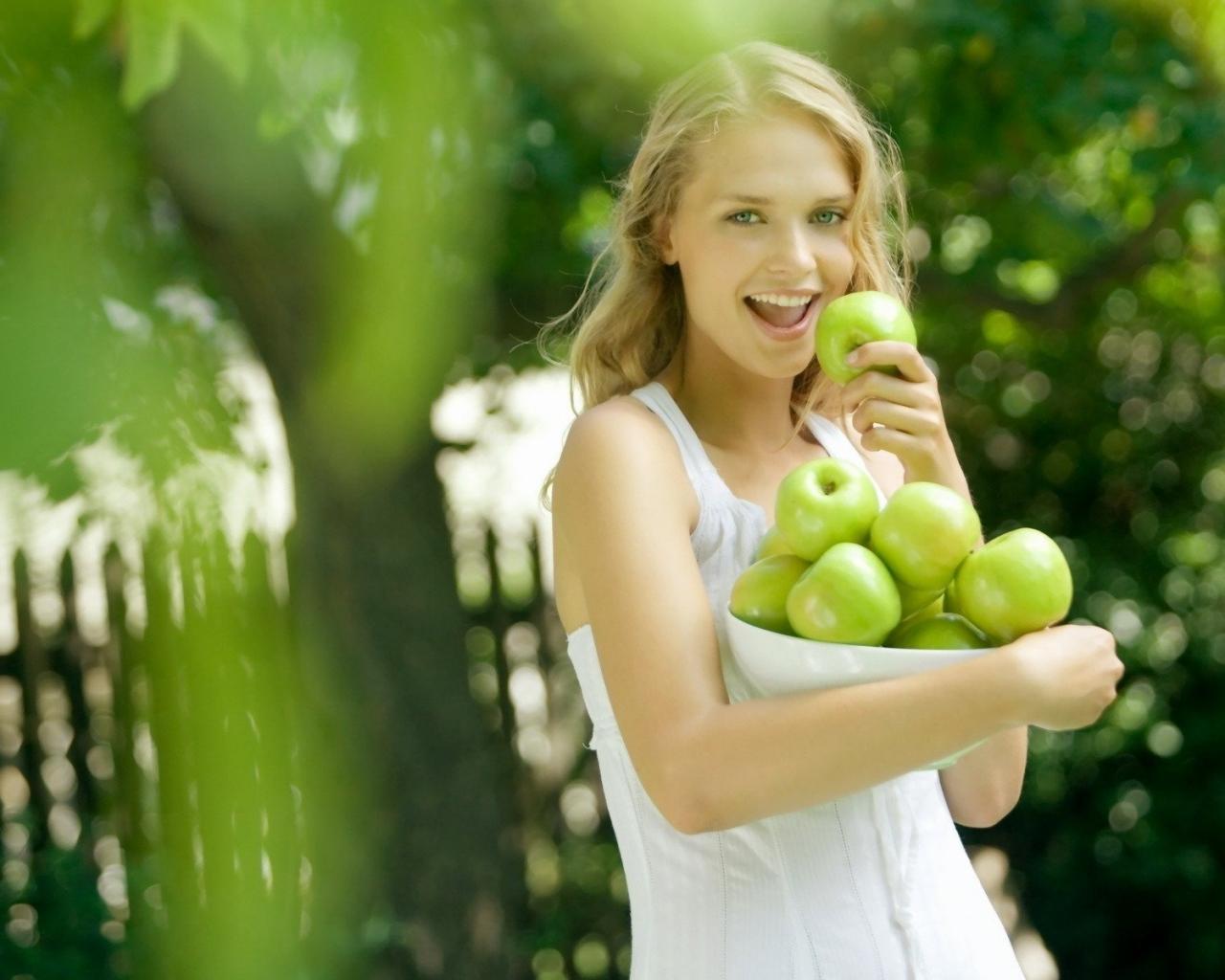 Блондинка яблоки улыбка обои для