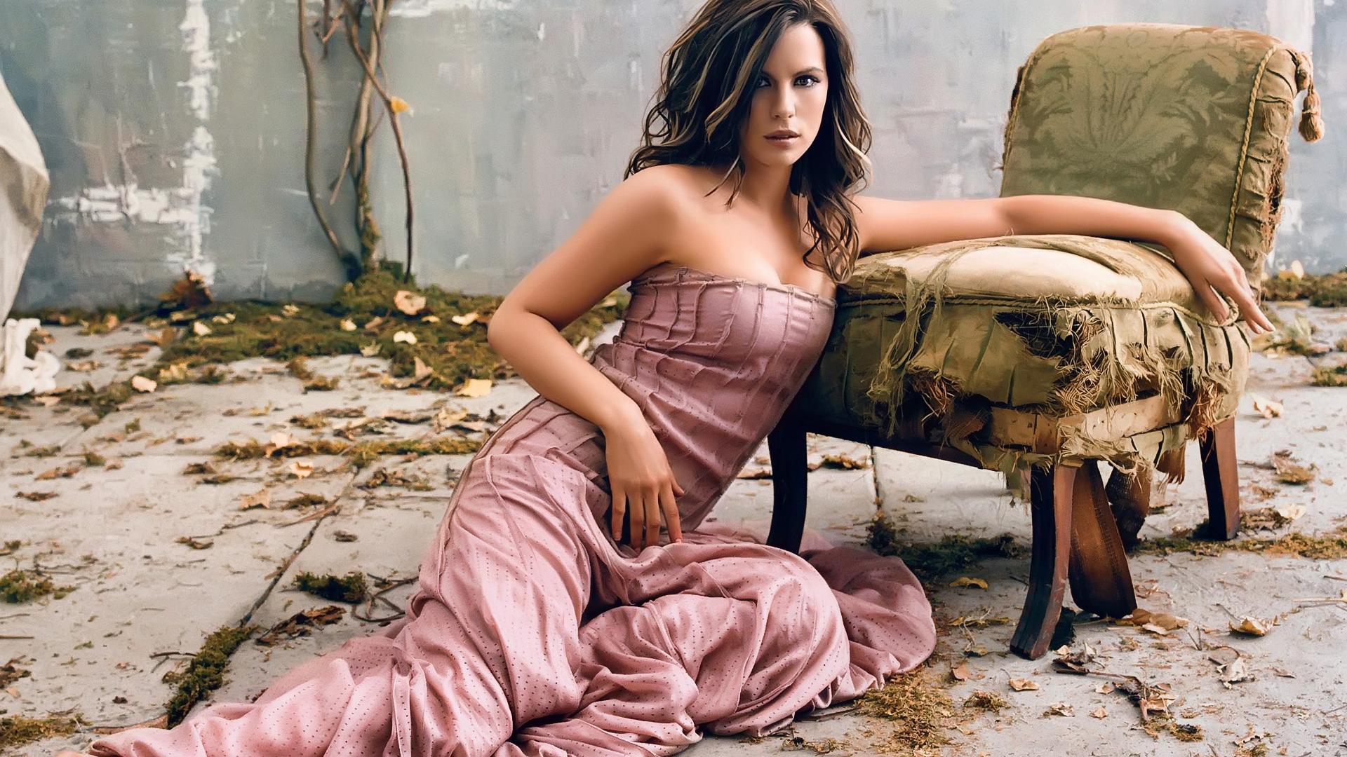 Фото девушки на кресле 30 фотография