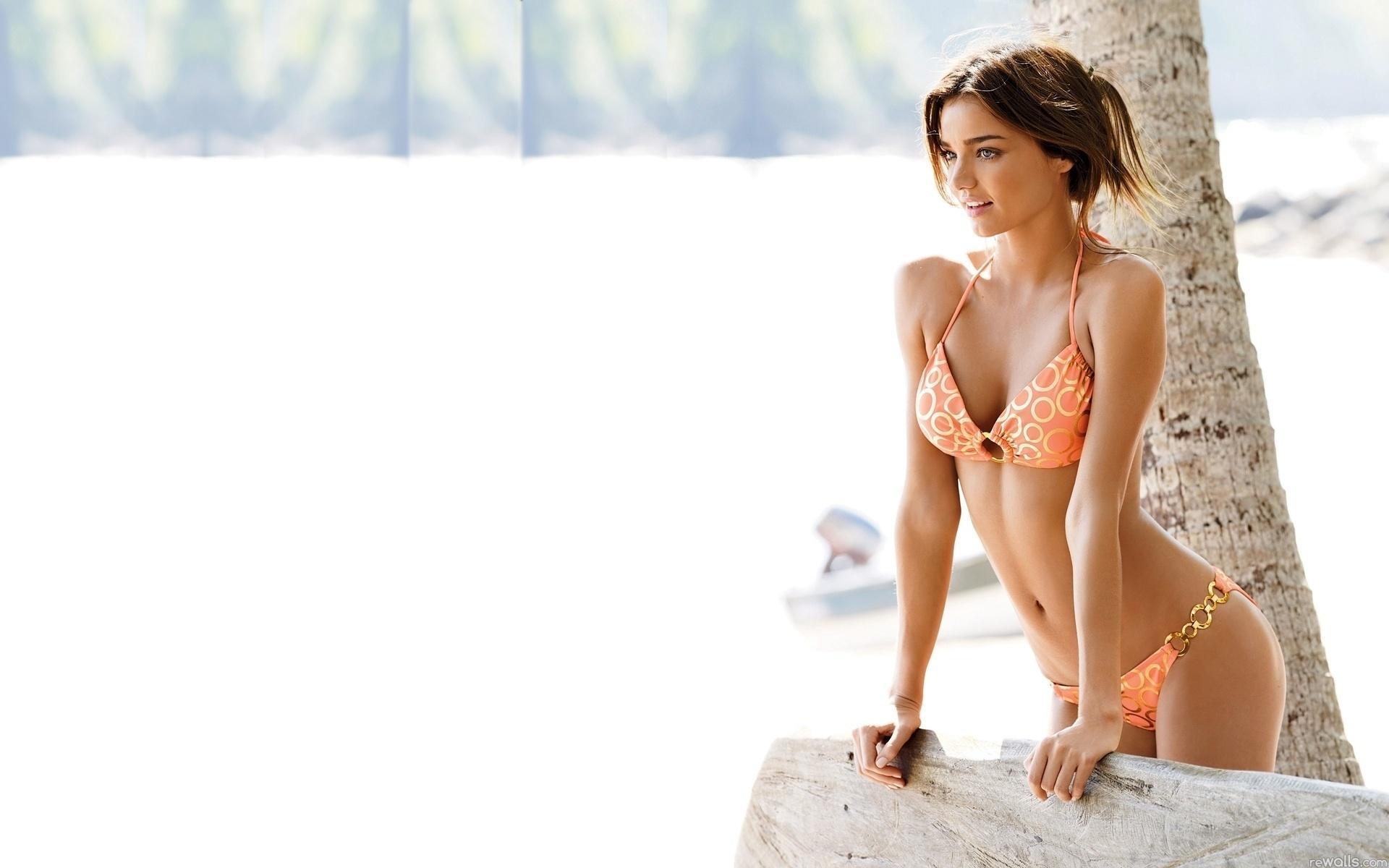 Фото красивых девушек брюнеток на пляже 30 фотография