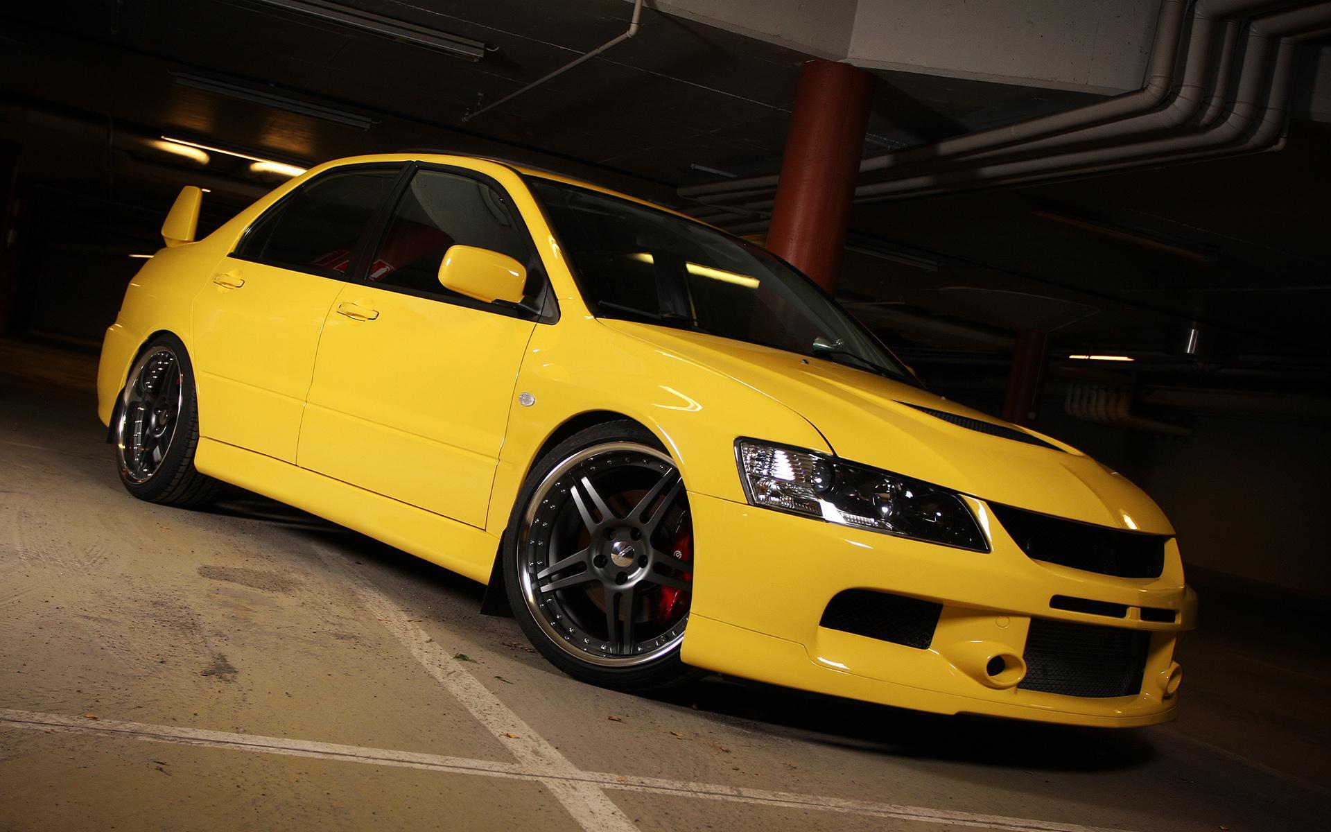 Желтая машина фото 1