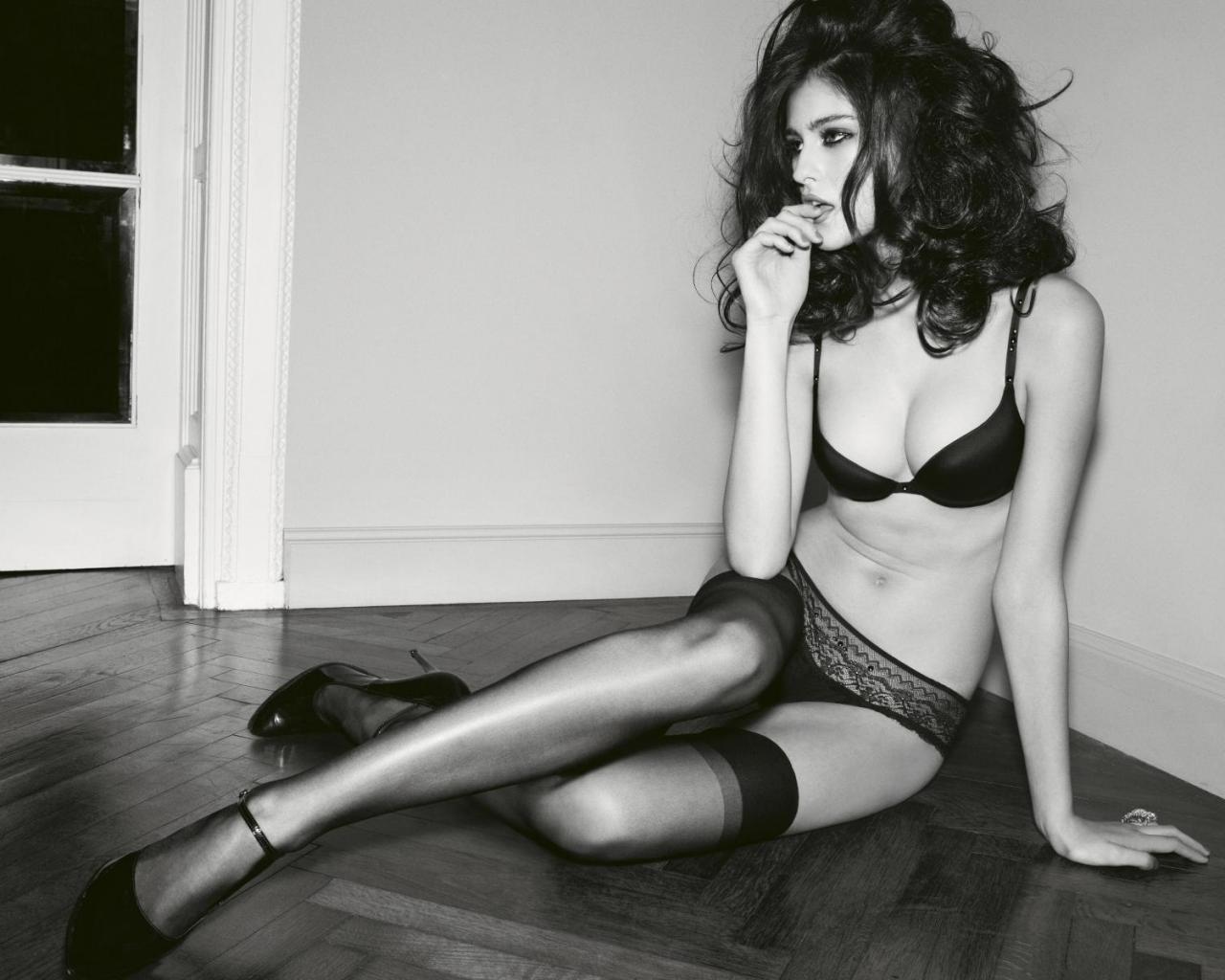 Картинки черно белые девушка в чулках, сайты трансов порно