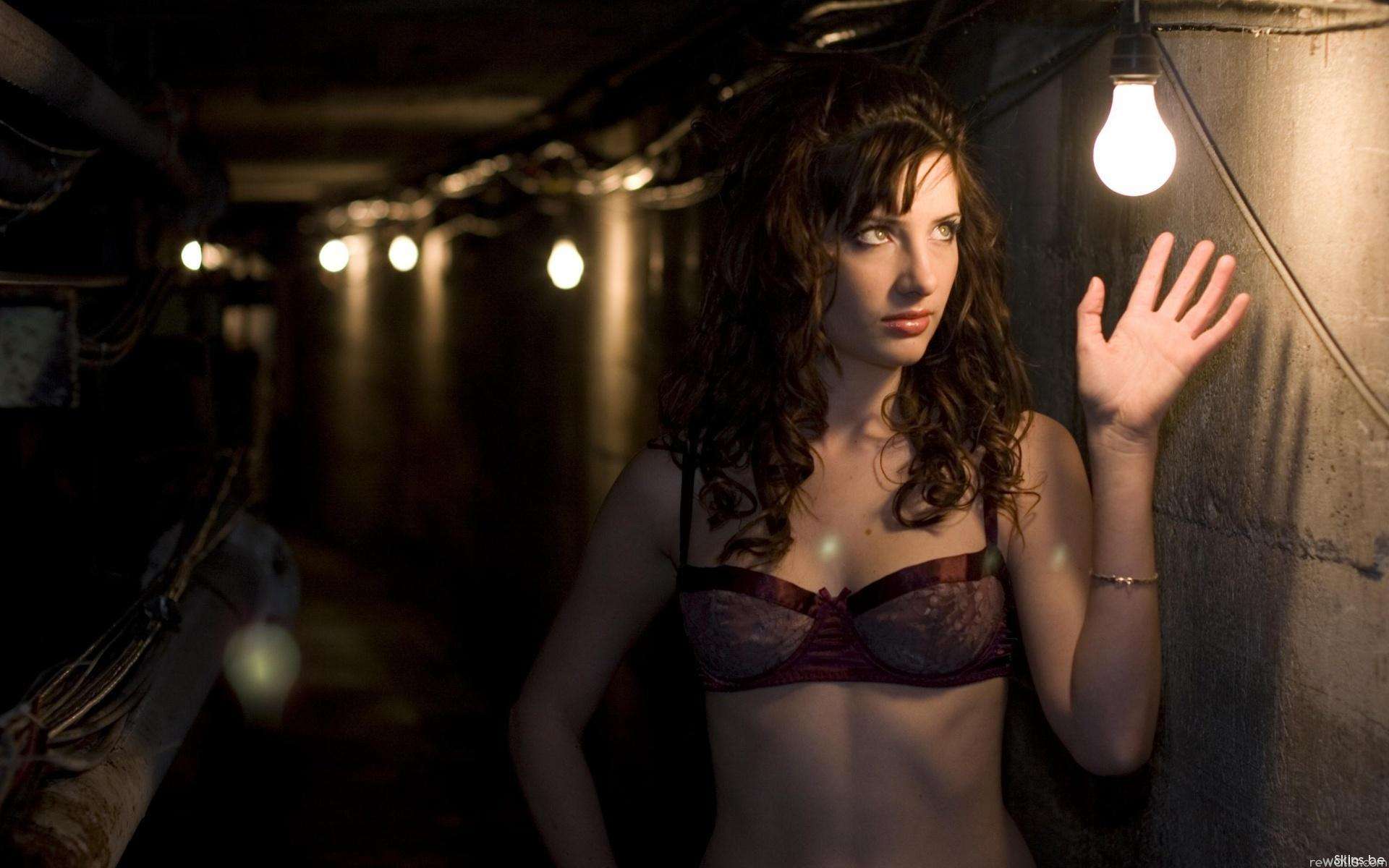 Девушки в подвале фото 375-938