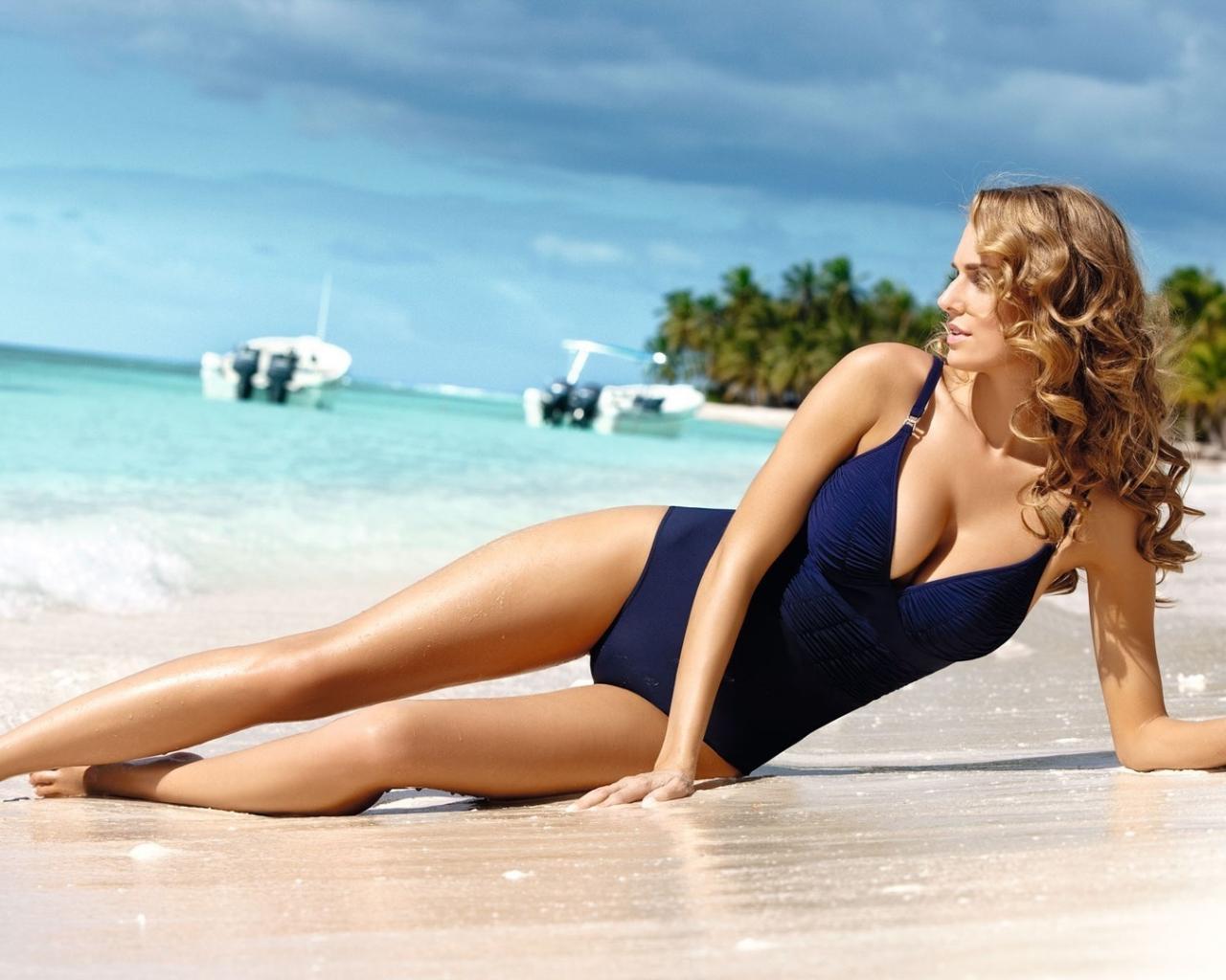 Фото девочек на пляже в купальнике 29 фотография