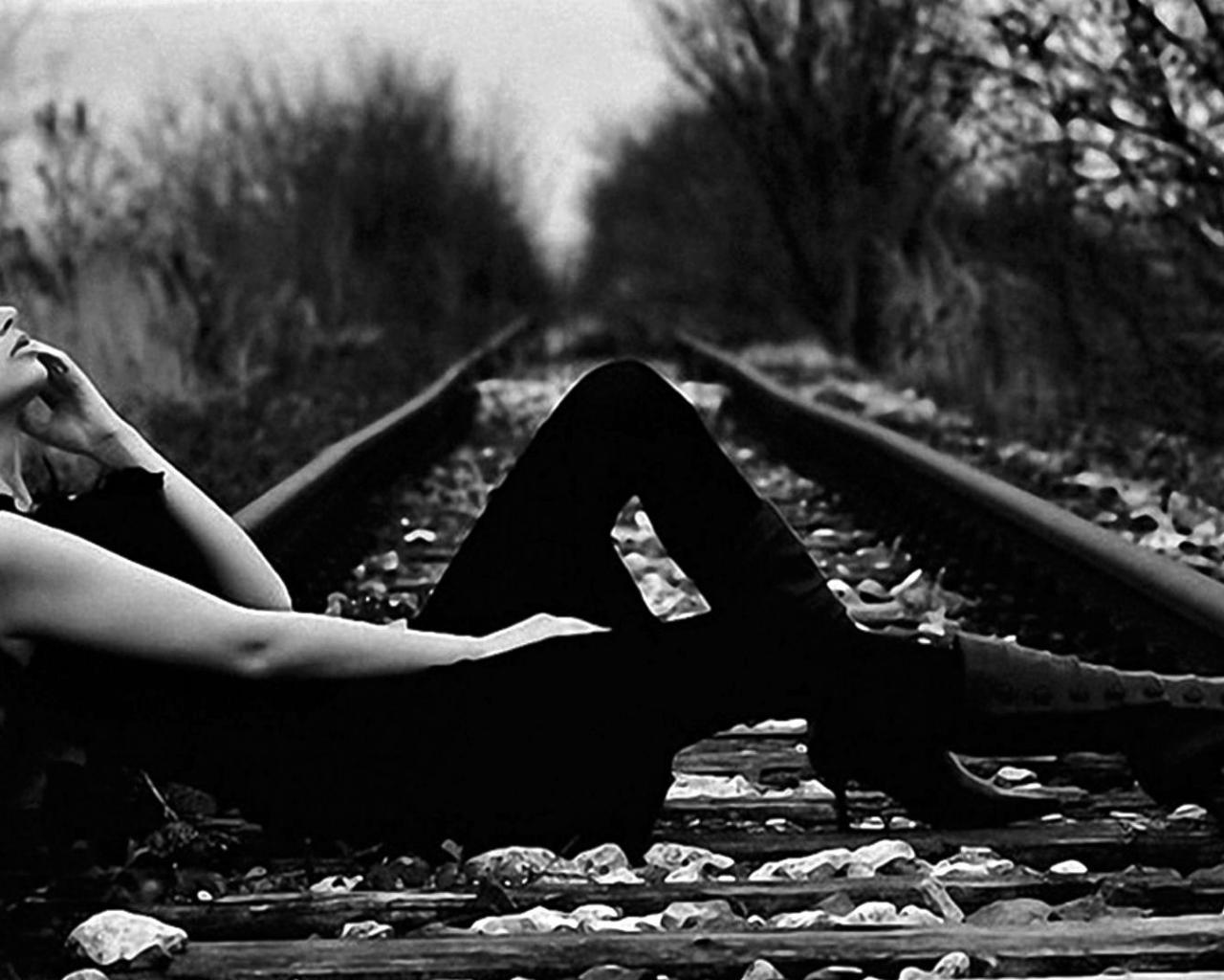 Девушка лес железная дорога черное