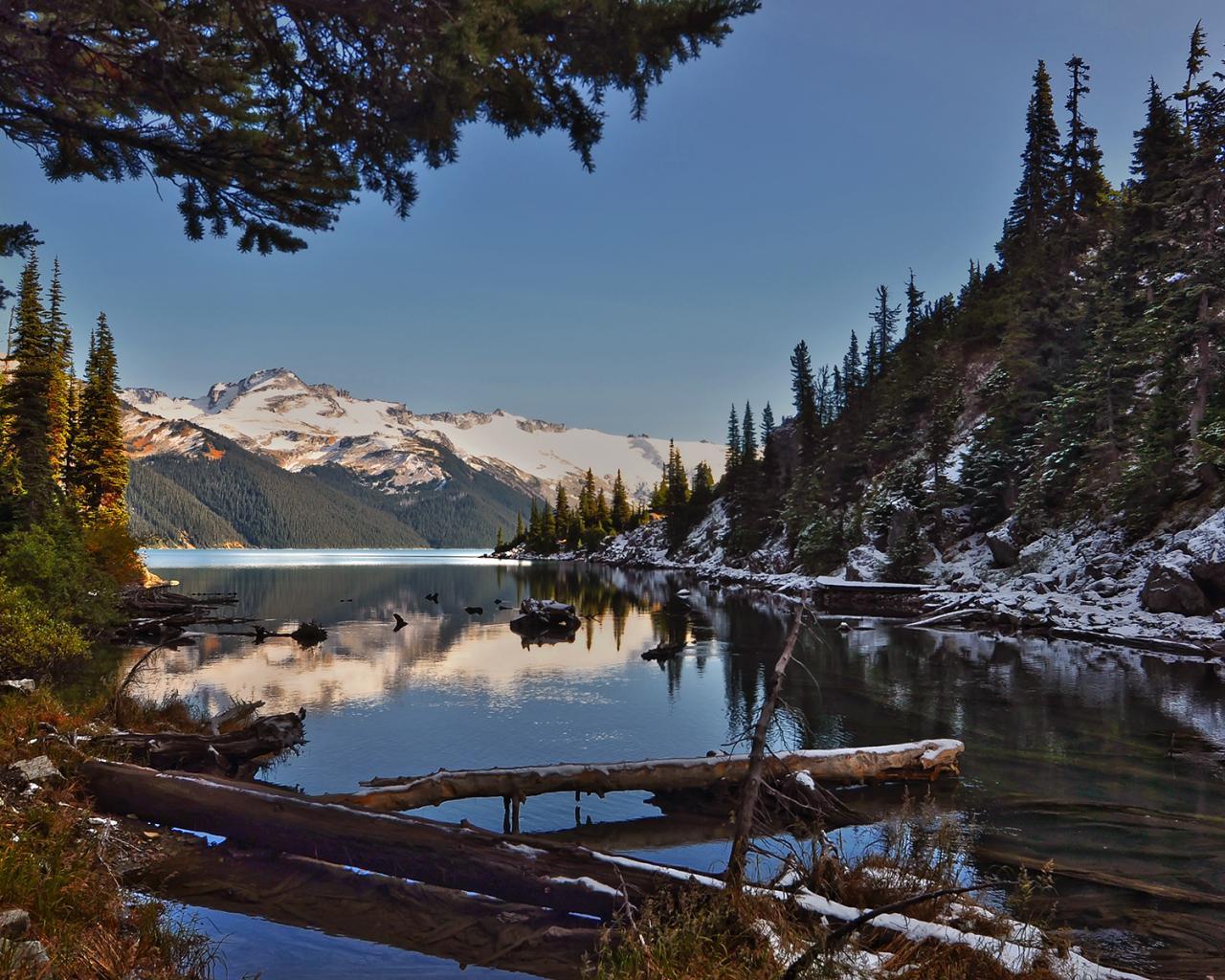 Горы река камни деревья первый снег