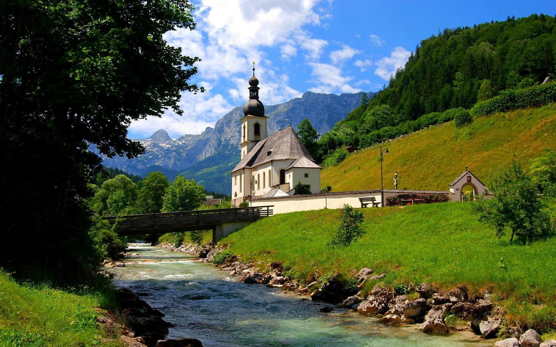 Церковь у реки обои для рабочего стола
