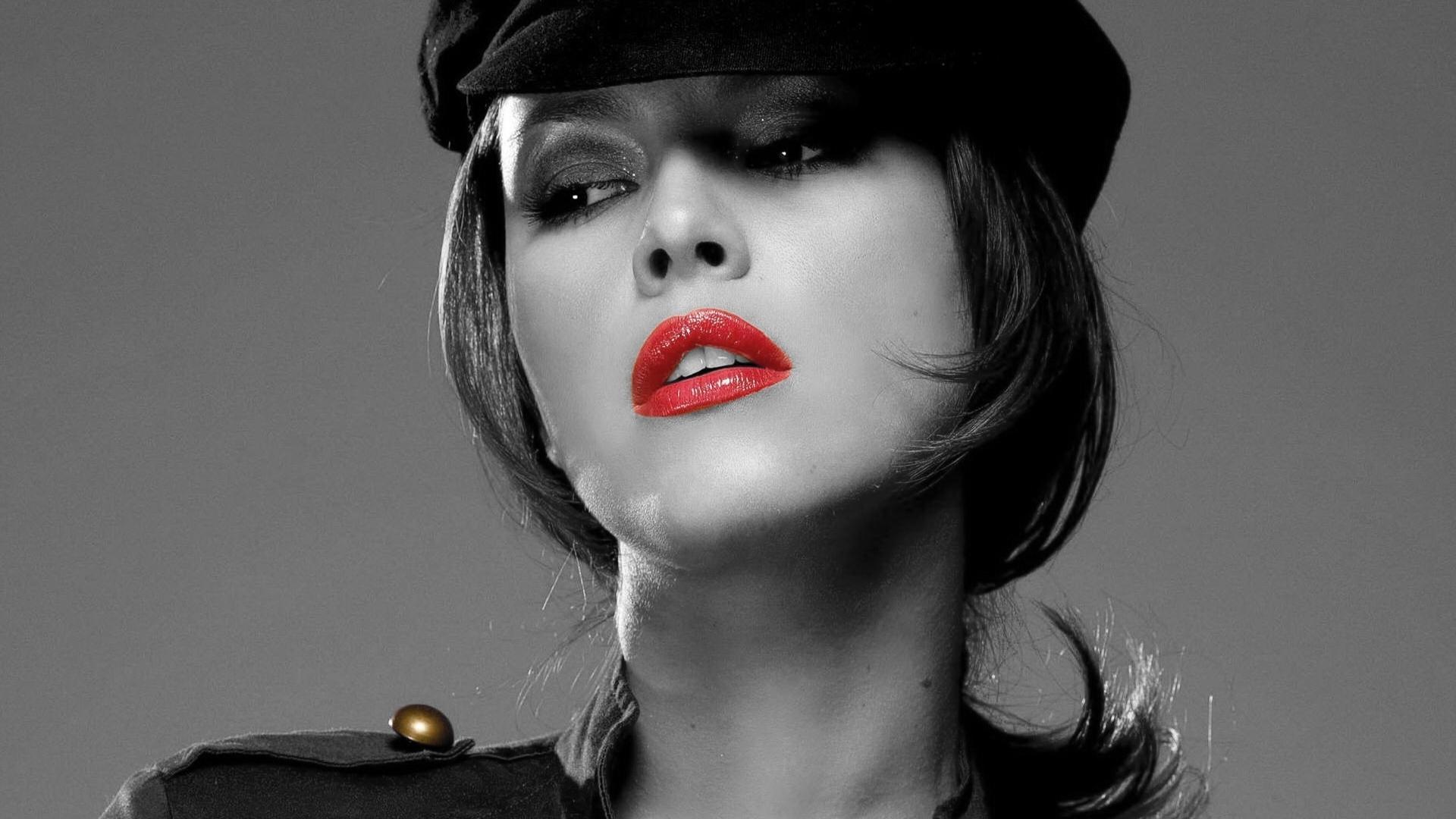 Девушки черно белое красное губы