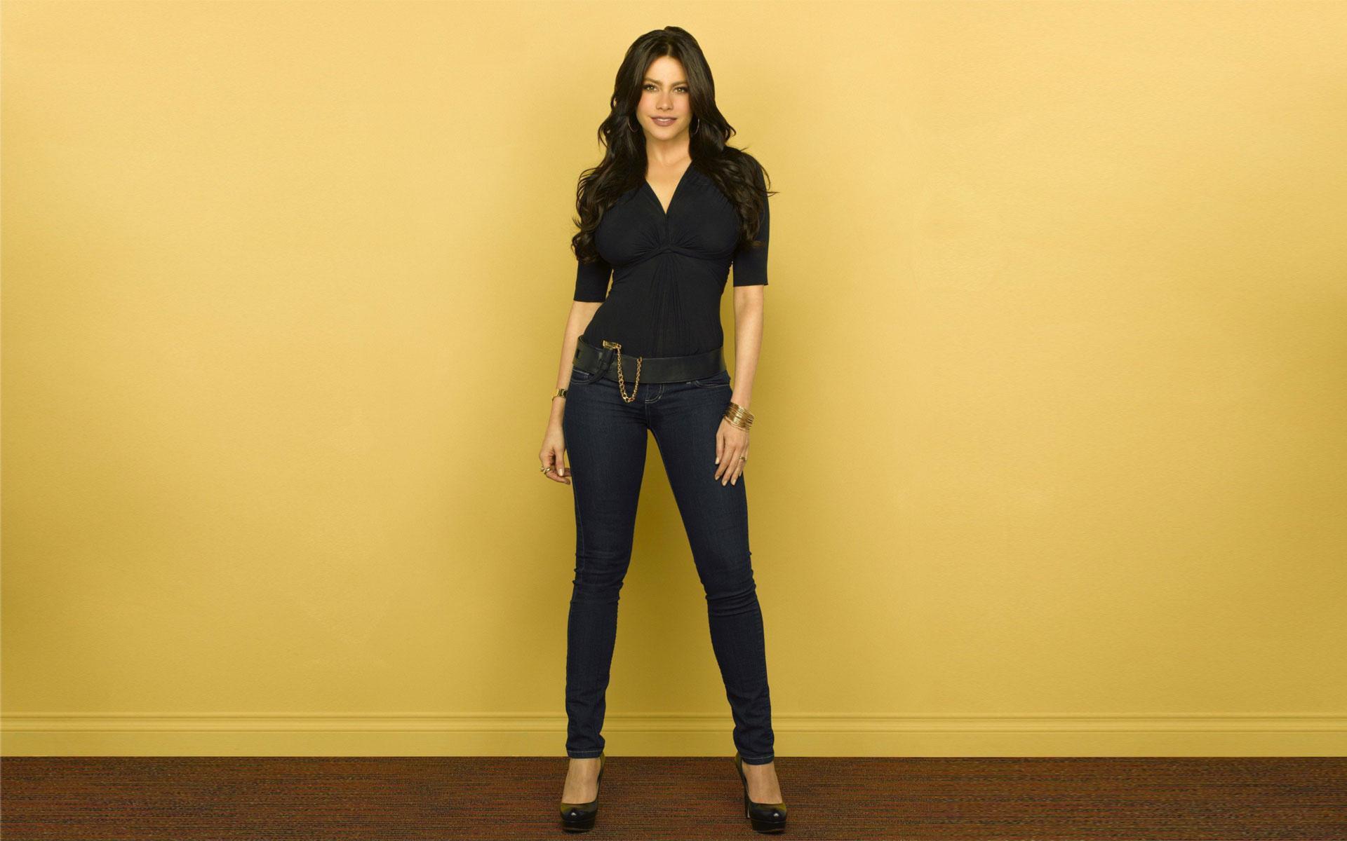 Брюнетка в джинсах обои для рабочего
