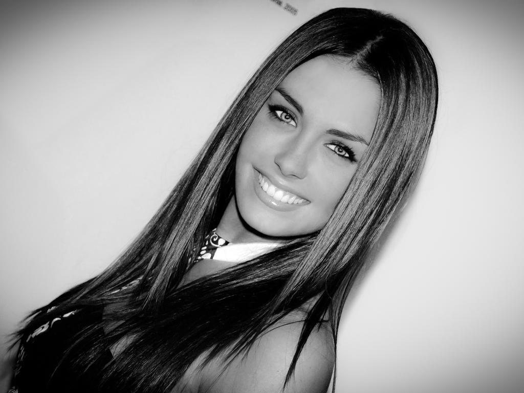 Красивая девушка улыбка 1024x768