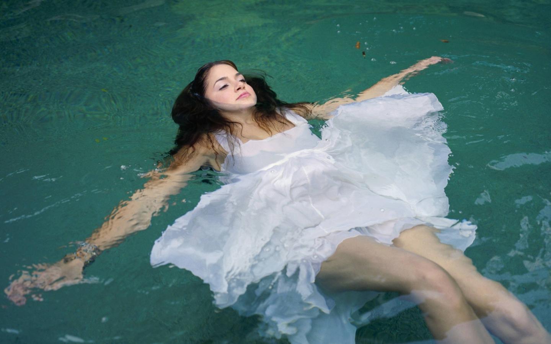 Девушка в воде обои для рабочего стола, картинки, фото ...: http://hq-wallpapers.ru/wallpapers/girls/pic9285_raz1440x900