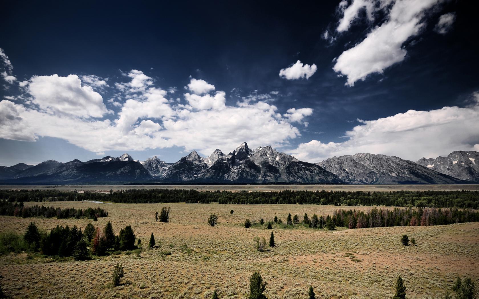 Кучевые облака над горами природы