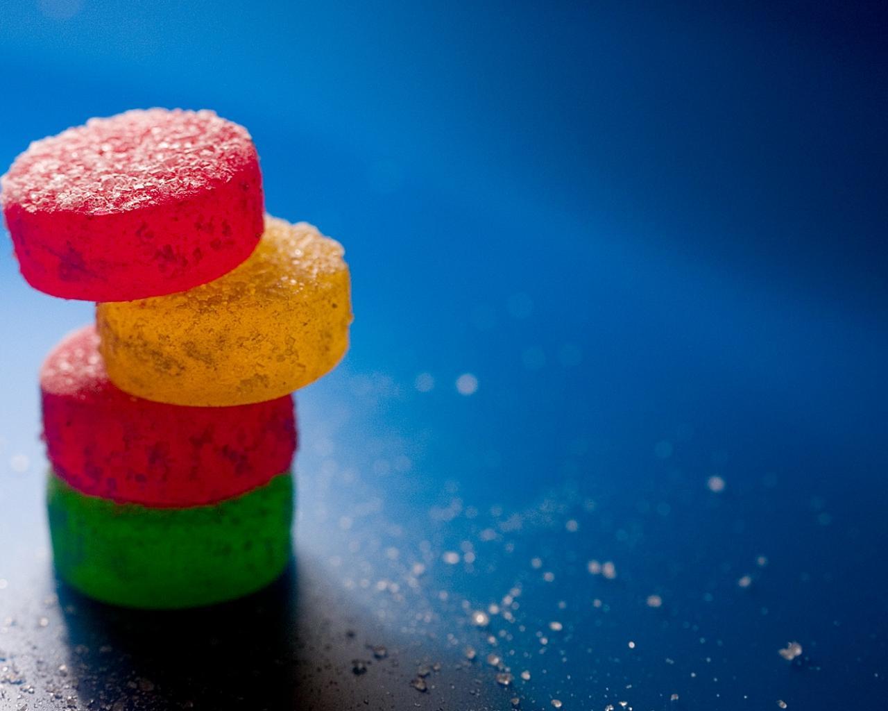 Со сладостями разноцветный мармелад