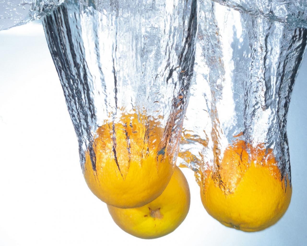 Фрукты в воде обои для рабочего стола, картинки, фото ...: http://hq-wallpapers.ru/wallpapers/food/pic18912_raz1280x1024