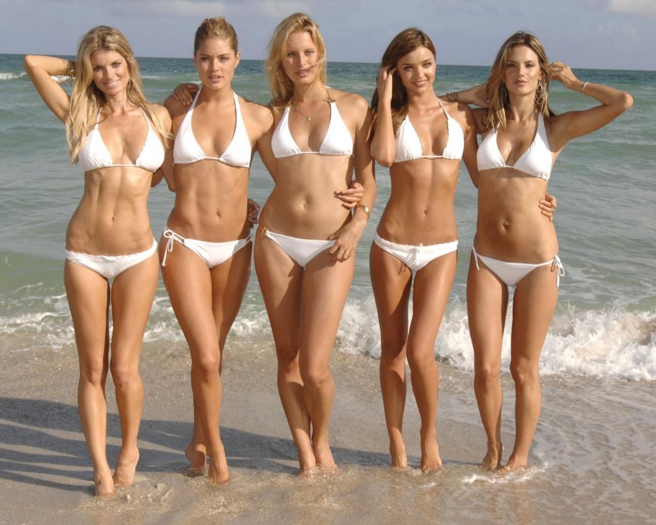 Смотреть девушки на пляже в прозрачных купальниках 20 фотография