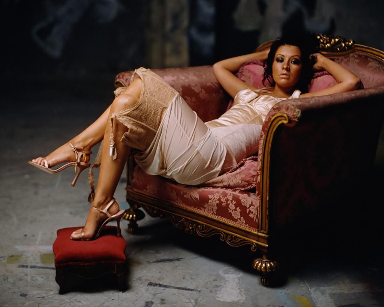 Фото девушки на кресле 29 фотография