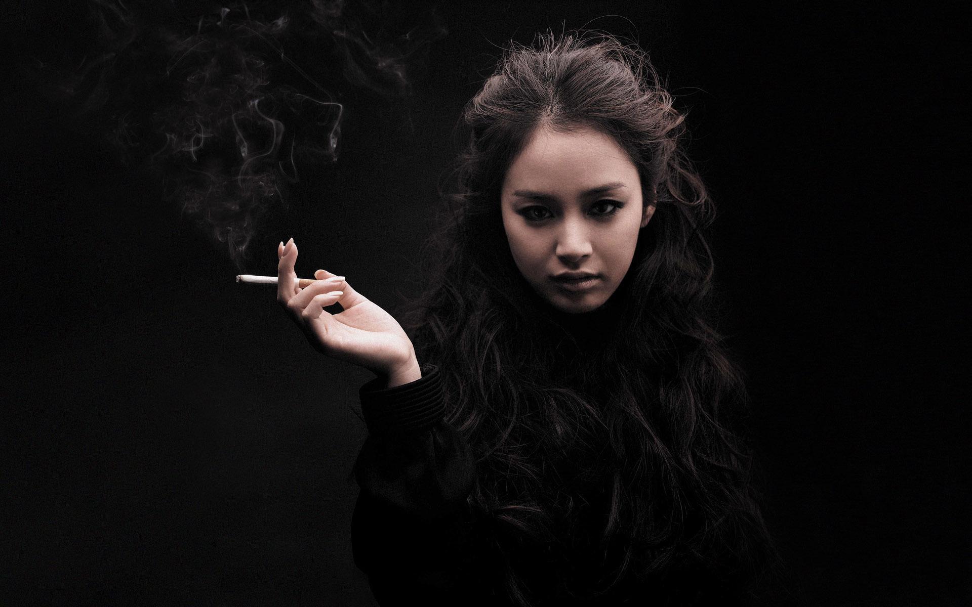 азиатка с сигаретой