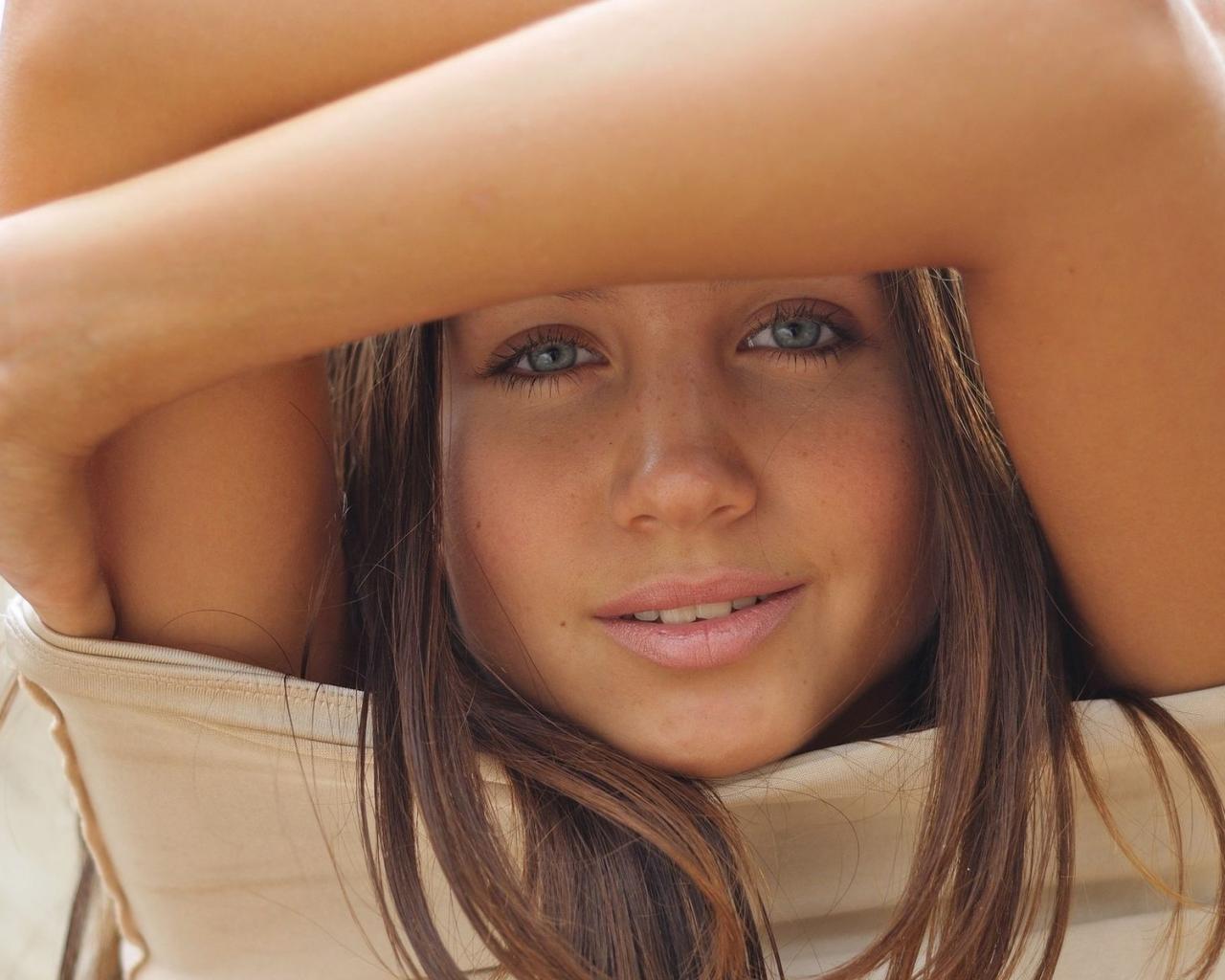 Девушка милая взгляд улыбка глаза