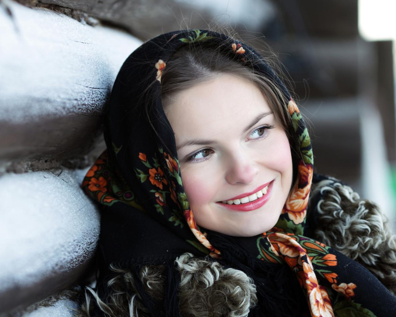Девушка улыбка платок русская изба