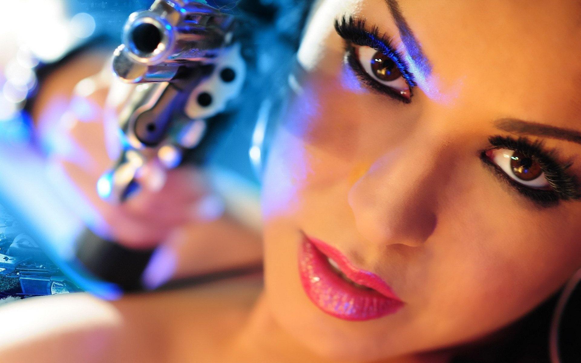 Девушка взгляд глаза пистолет обои