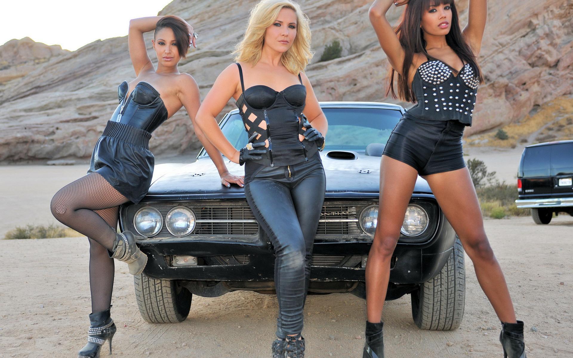 Три шикарные девушки и парень 8 фотография