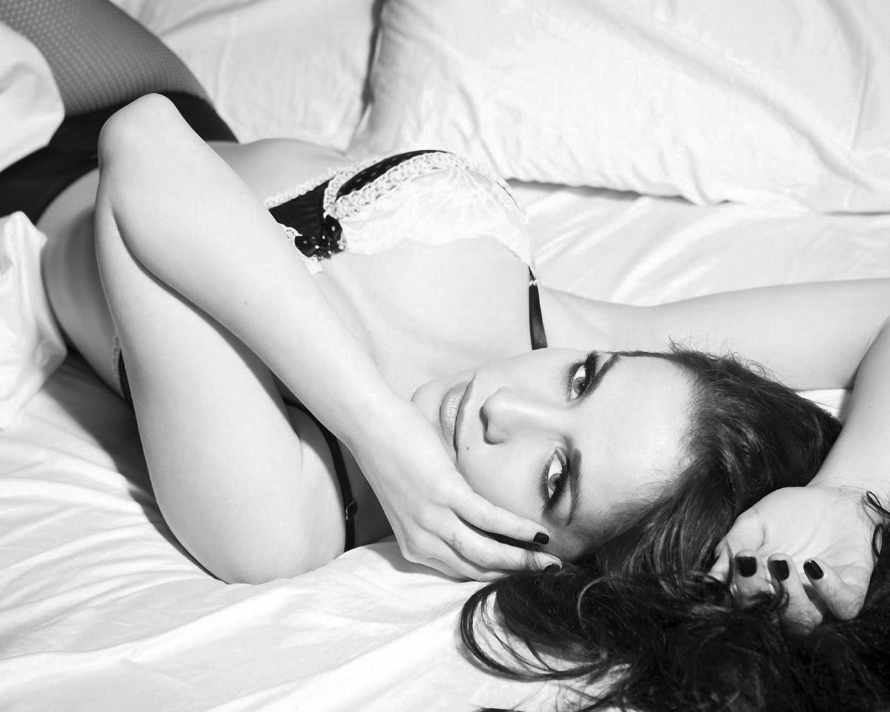 Чёрно белые картинки девушек брюнеток 9 фотография