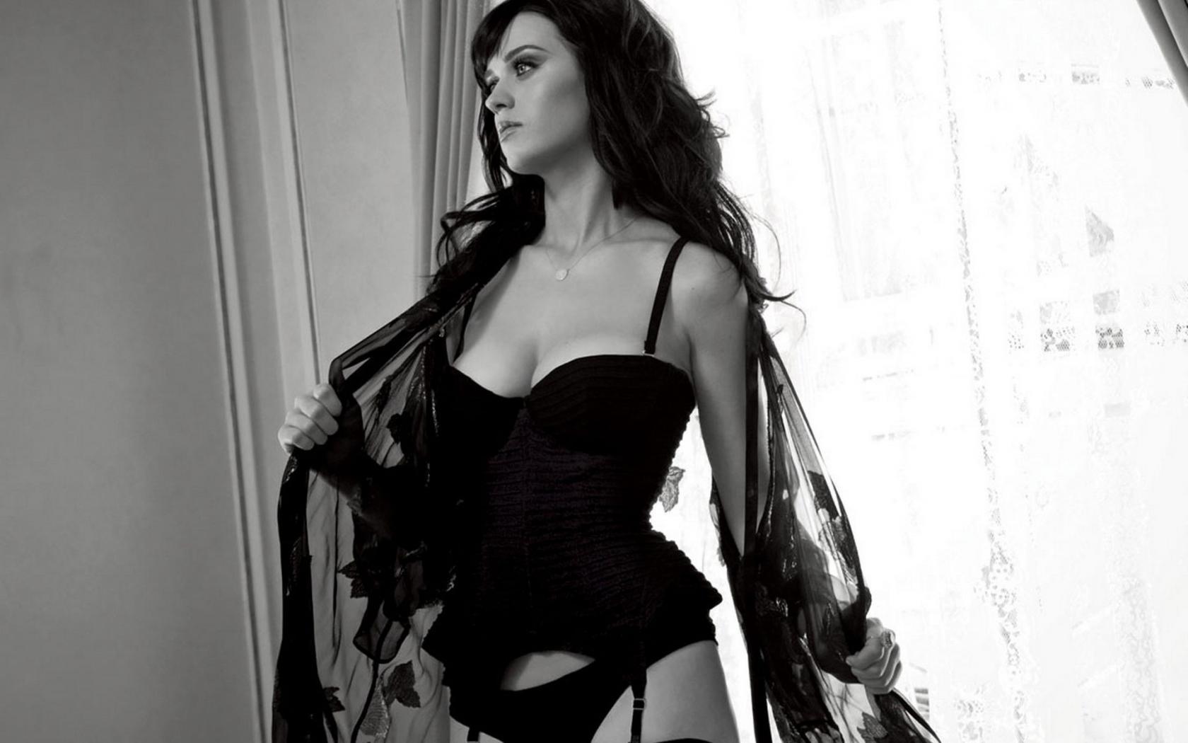 Чернобелое фото девушки в цветном белье 22 фотография