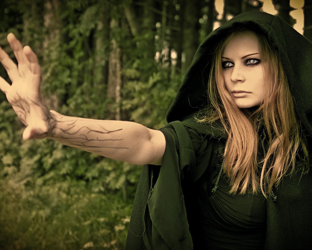 Девушка ведьма лес капюшон обои для