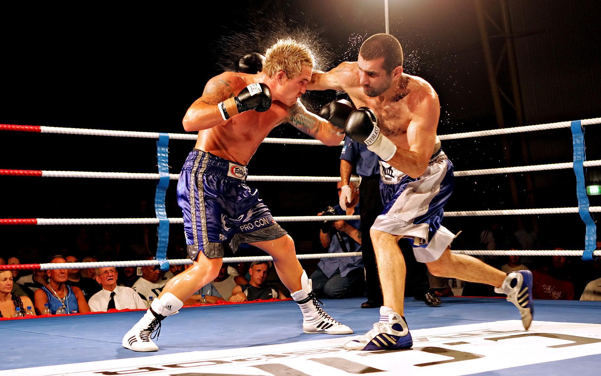 Бокс ринг мужчины удар перчаткой